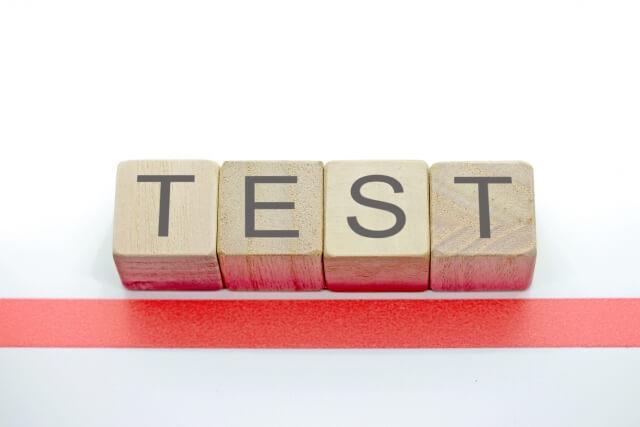 テストと書いた木のブロック
