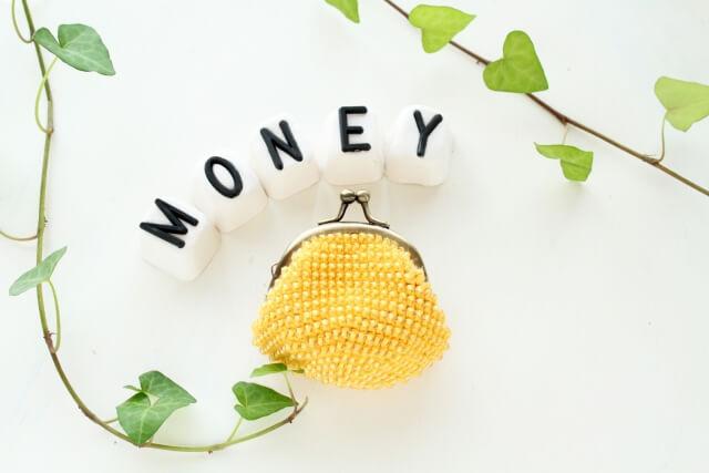 MONEYの文字と黄色い財布