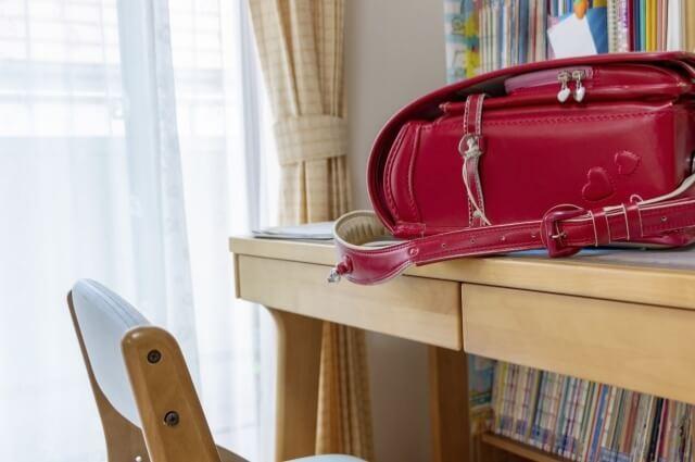 机と赤いランドセル