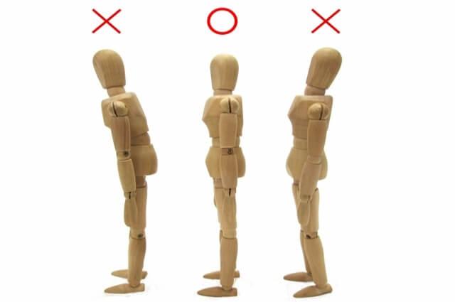 姿勢の見本をしている気の人形