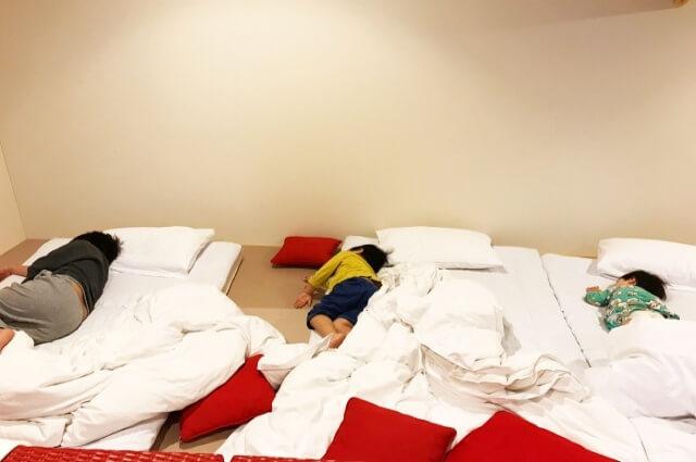 寝相が悪い子供の写真