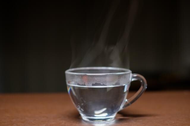 ガラスコップに入った白湯