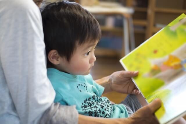 子供に読み聞かせをしている