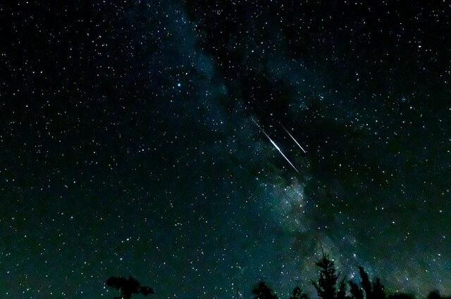 流星群からの流れ星の写真