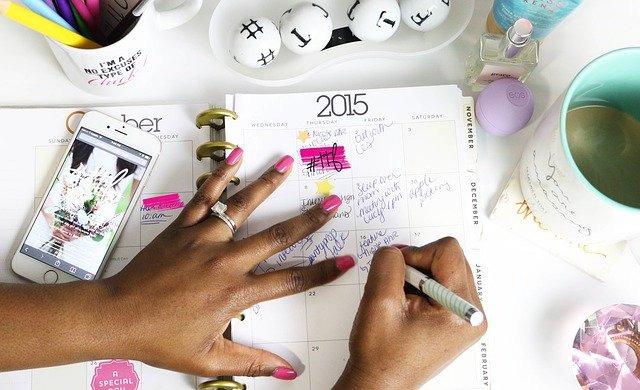スジュールに予定を書き込んでいる女性